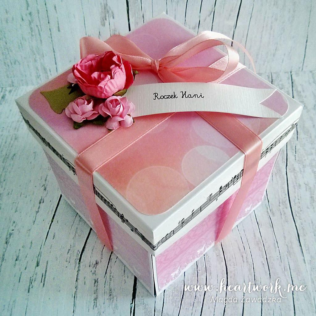 Różowy box na roczek. Ręcznie robiony exploding box. Prezent z okazji roczku. Exploding box od Heartwork.