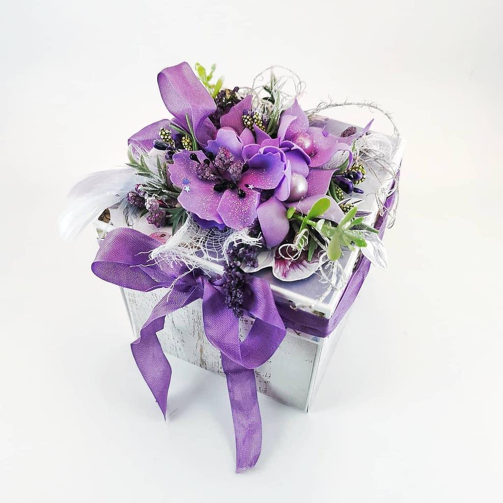 Bogato zdobione pudełko z ręcznie robionymi kwiatami z foamiranu. W środku boxa kompozycja kwiatowa. Odpowiedni na każdą okazję. Personalizowany exploding box na ślub, urodziny, imieniny. Exploding box od Heartwork.