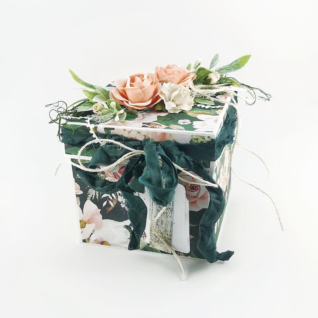 Exploding box w kolorze butelkowej zieleni. Bogato zdobiony box z pudełkiem na prezent w środku. Oryginalny pomysł na zaręczyny, urodziny, imieniny. Exploding boxy od Heartwork.