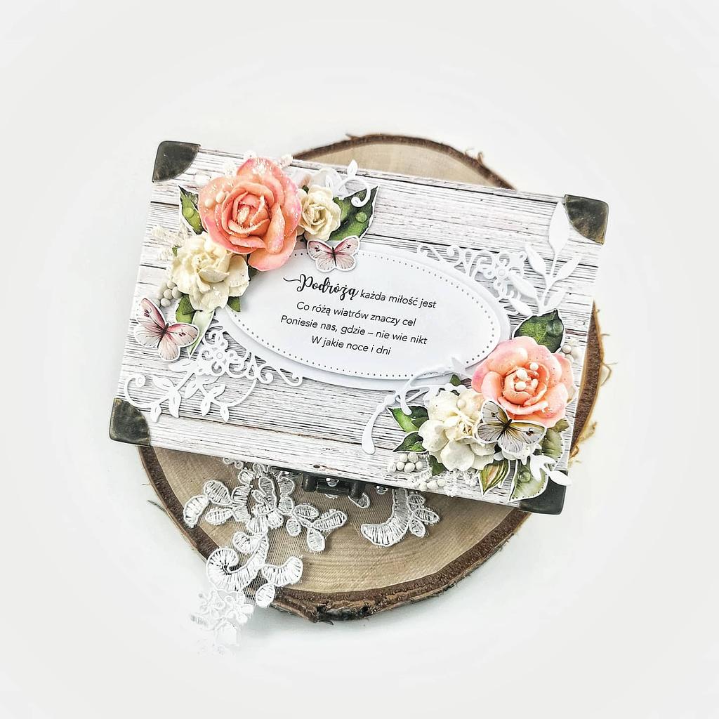 Ślubna kartka kufer. Ręcznie robiona kartka w nietypowym kształcie. Oryginalny prezent dla pary młodej kochającej podróże.