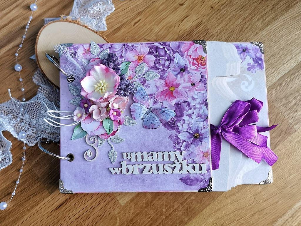 Fioletowy album ciążowy z motylem