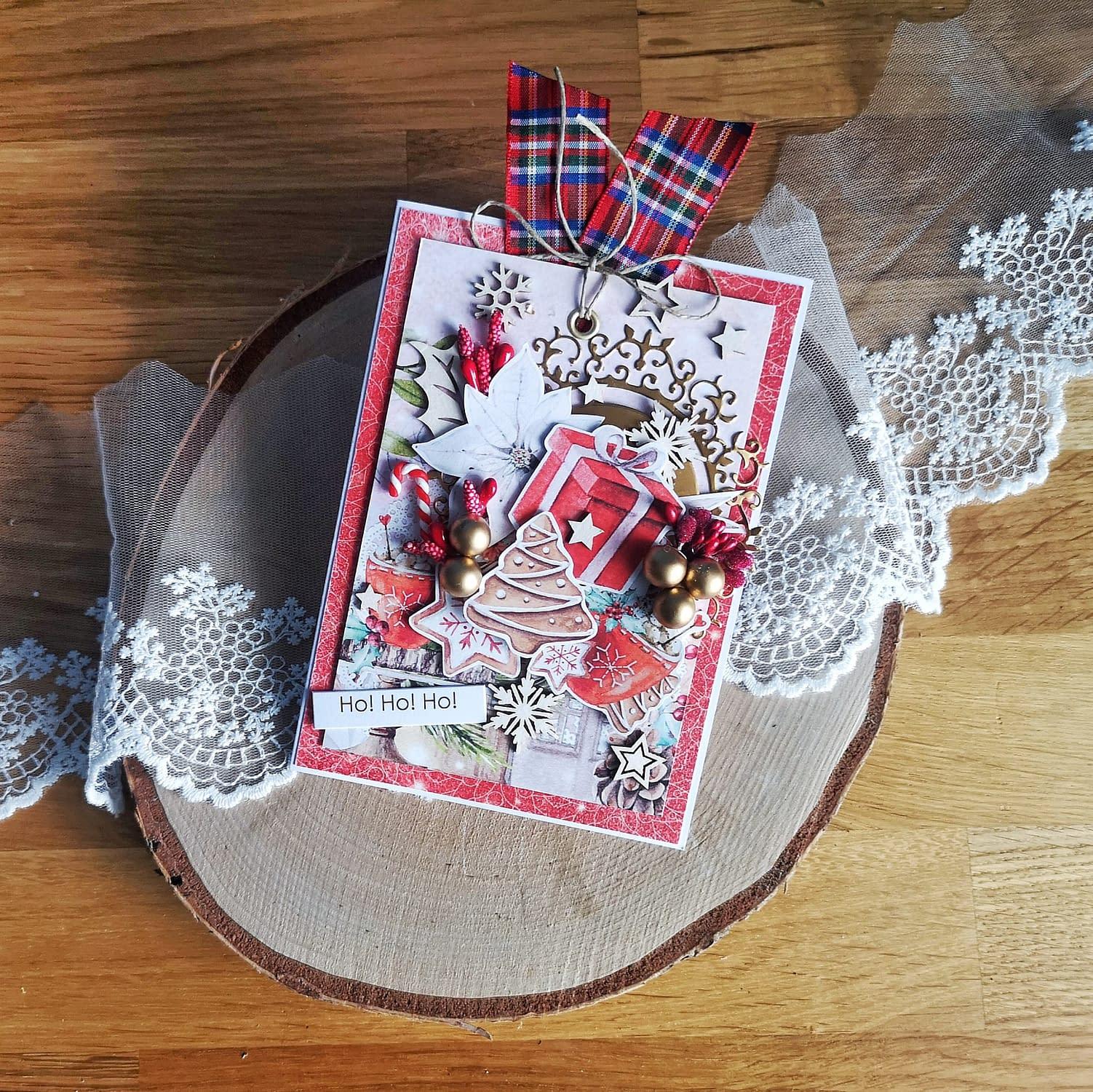 Ręcznie wykonana kartka bożonarodzeniowa, ozdobiona tematycznymi wycinankami.