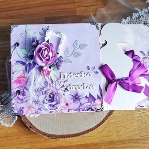 Fioletowy album ciążowy ozdobiony techniką scrapbooking. Strony oklejone fioletowymi oraz kremowymi papierami w kwiaty. Idealny prezent dla przyszłej mamy spodziewającej się dziewczynki. Album ciążowy Heartwork.