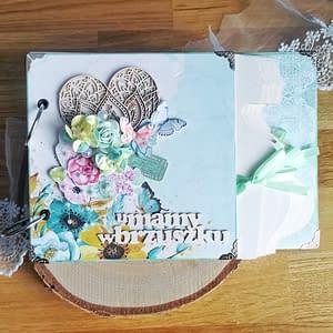 Miętowy album ciążowy ozdobiony techniką scrapbooking. Strony oklejone miętowymi oraz szarymi papierami. Idealny prezent dla przyszłej mamy spodziewającej się chłopca.