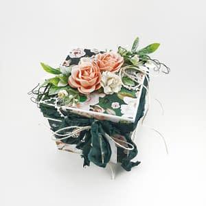 Bogato zdobiony exploding box dla kobiety. Idealny prezent na Dzień Kobiet, urodziny, imieniny, zaręczyny. Exploding box ze schowkiem na biżuterię w środku. Rękodzieło Heartwork.