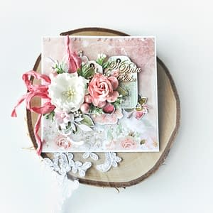 Różowa kartka ślubna. Ręcznie robiona kartka ślubna dostępna od ręki, z odbiorem osobistym we Wrocławiu lub wysyłkąpaczkomatem. Bogato zdobiona kartka ślubna z papierowymi kwiatami.