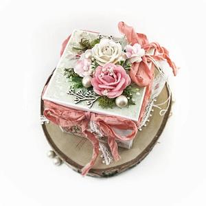 Exploding box na ślub w kolorze różowym oraz miętowym. Rustykalna pamiątka ślubna. Exploding box z parą młodą w środku.