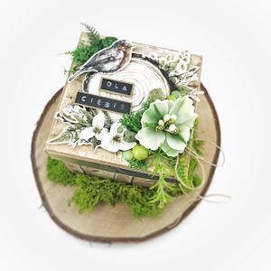 Exploding box dla mężczyzny. Leśny exploding box z namiotem w środku, ozdobiony mchem, korą brzozy oraz liśćmi paproci. Prezent z okazji odejścia na emeryturę.