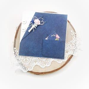 Ręcznie robiona kartka w kształcie garnituru z ozdobną butonierką z kwiatów. Kartka urodzinowa, imieninowa, podziękowanie dla świadka.