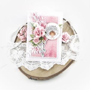 Ręcznie robiona pamiątka chrztu świętego dla dziewczynki. Kartka na chrzest dziewczynki w kolorze różowym. Bogato zdobiona kartka na chrzest. Różowa kartka na chrzest dla dziewczynki.