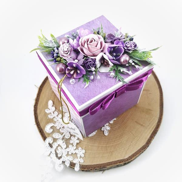 Fioletowy exploding box na urodziny. Ręcznie robiony box z bukietem kwiatów w środku. Ręcznie robiony prezent urodzinowy.