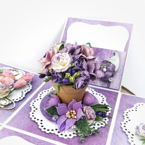 Ręcznie robiony exploding box z bukietem kwiatów w środku. Fioletowy exploding box urodzinowy.