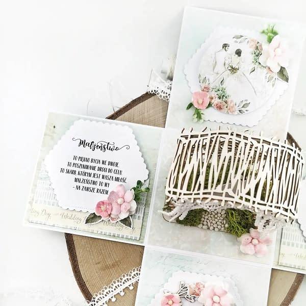 Exploding box to oryginalna pamiątka ślubna. Po zdjęciu wieczka pudełko rozkłada się, pokazując wspaniałe wnętrze.
