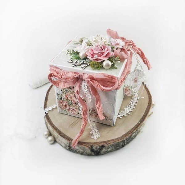 Różowo-miętowy exploding box na ślub. Bogato zdobiony exploding box będzie piękną pamiątką dla pary młodej.