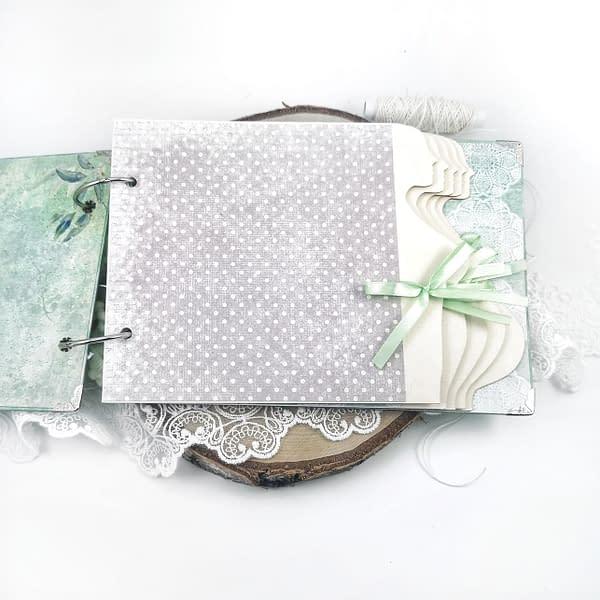 Album ciążowy ozdobiony techniką scrapbooking. Strony oklejone miętowymi oraz szarymi papierami. Idealny prezent dla przyszłej mamy spodziewającej się chłopca.