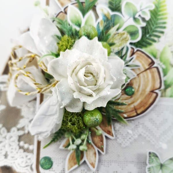 Ręcznie robiona kartka na Dzień Nauczyciela. Zielono-biała kartka w naturalnej kolorystyce, z dodatkiem kwiatów, mchu oraz paproci. Oryginalna kartka dla wychowawczyni.