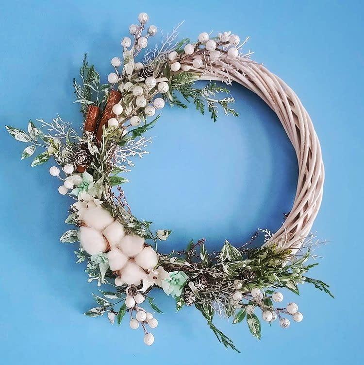 Ręcznie robiony stroik świąteczny, ozdobiony gałązkami oraz kwiatami bawełny