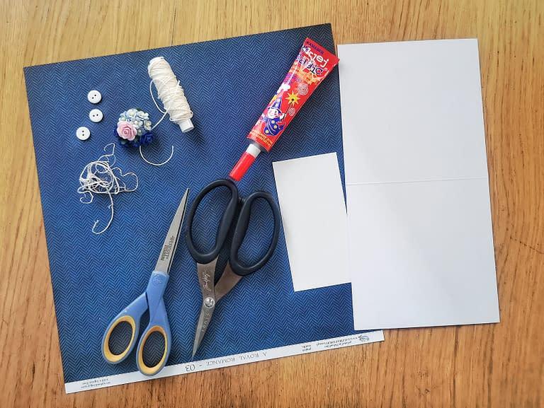 Materiały potrzebne do zrobienia kartki w kształcie garnituru